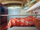 Celé patro o ploše sedmdesát metrů čtverečních patří kompaktně vyřešené ložnici
