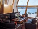 V hlavním obytném prostoru obráceném k západu je obývací pokoj s jídelnou a
