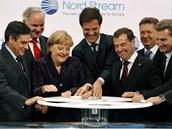 Symbolické oto�ení kohoutu plynovodu Nord Stream spole�nými silami provedli