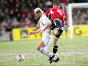 Jan Polák (vlevo) při souboji s norským fotbalistou Johnem Arne Riisenem při utkání baráže v Oslu. (12. listopadu 2005)