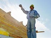 Dělníci pilně pracují na stavbě strážního domku pro rangery zGobi B.