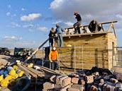 Stavba strážního domku vnárodním parku Gobi B bude trvat celkem asi deset dní.