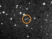 Pohyb planetky 2005 YU55 po obloze dne 7. dubna 2010 (planetka je v kroužku),