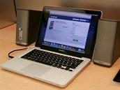 Macbooky využívají návštěvníci i k rychlému zkontrolování novinek