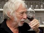 Pierre Richard  při rozhovoru pro iDNES.cz ukazuje, jak zkoumá barvu vína ze...