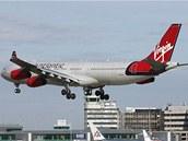 Airbus 340-300 Virgin Atlantic nasazuje na přistání. Letoun tohoto typu úspěšně