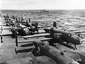 Střední bombardéry B-25 Mitchell na palubě letadlové lodi USS Hornet před