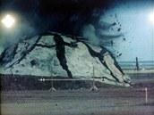 Účinek řízené bomby GBU-24 s průbojným tělem BLU-109/B na cíl. Ani 2000 liber
