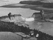 Přehrada Mohne zničená rotačními bombami Barnese Wallise. Dvě věže na koruně