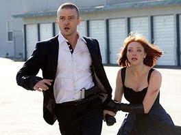 Amanda Seyfriedová a Justin Timberlake ve filmu Vyměřený čas