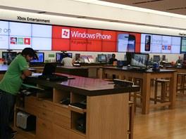 Microsoft Store - masivní dřevěné stoly, dřevěná podlaha, obrovské obrazovky na
