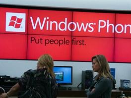 Stěnám v Microsoft Store vládnou obrazovky s výraznými a veselými barvami