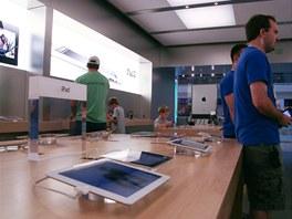 V současnosti vévodí Apple obchodům iPad 2, který je na stole vystaven tak, aby