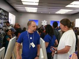 V Apple storech bývá obvykle hodně lidí, málokdy je ale nedostatek asistentů,