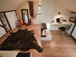 Bílou výmalbou a odstraněním dřevěného obkladu  se místnost opticky zvětšila.