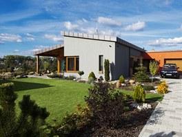 Okolí domu a zahrada jsou pečlivě upravené.