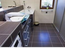 Pracovní koupelna s pračkou, mandlem a zvýšenou vanou na přepírání prádla, ale