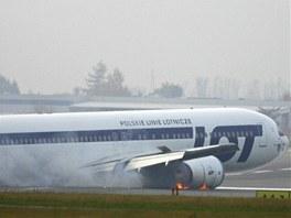 Těsně po přistání začaly hořet motory stroje. Rychlý hasičský zásah je ale brzy