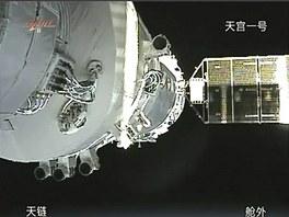 Záběr z kamery ukazuje připojení čínské vesmírné lodi Šen-čou 8 se zkušebním