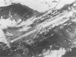 Letecký snímek BAM Malvinas po náletu, dobře je vidět pod jakým úhlem byla