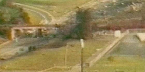 Záběr průmyslové kamery zachycující okamžik nárazu letounu do dálnice