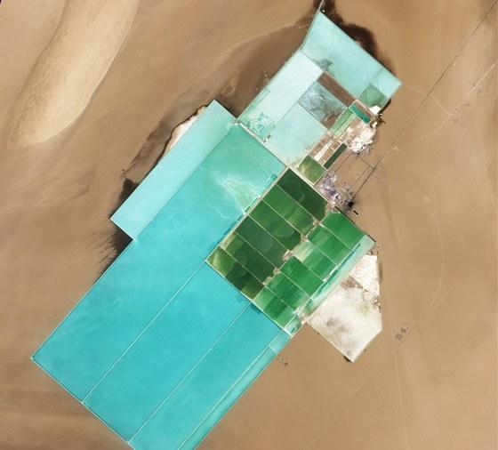 Odpařovací nádrž v areálu na přípravu potaše na snímku družice NASA z května