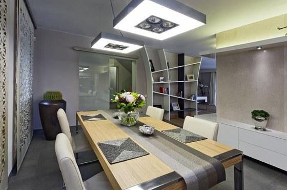Police, stejně jako většina nábytku v domě, je vyrobena na míru podle návrhů