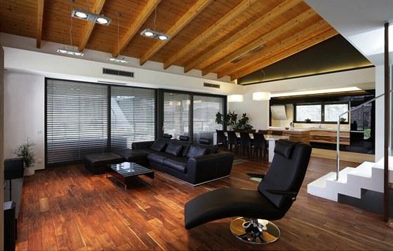 Ořechové dřevo bylo použité na podlaze i na stropě.