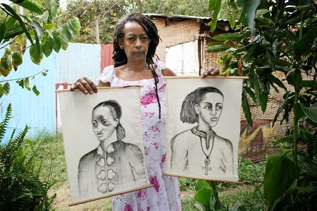 Rastafariánka Mebrat s malbami vyobrazujícímí mladého Haileho Selassieho I.
