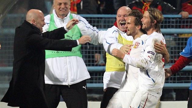 POJ� KE MN�, TY PA�ÁKU! Petr Jirá�ek utíkal s Jaroslavem Pla�ilem (vpravo)