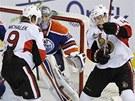 P�ed brankou Edmontonu bojuj� �to�n�ci Ottawy Milan Michalek (vlevo) a Colin