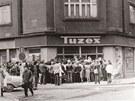 A veksl�ci m�li �n�... Tuzex, obchod, kde se za speci�ln� pouk�zky, tzv. bony, dalo koupit z�padn� zbo��, b�val v Plzni na rohu Koll�rovy ulice. Na sn�mku z roku 1981 je typick� fronta lid� dycht�c�ch po d��n�ch nebo jin�m z�padn�m zbo��.