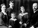Rodinn� portr�t: Anna a Gebhard Himmlerovi se sv�mi t�emi syny