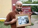Kaleb ukazuje na fotografii svého otce, když se před desítkami let setkal s...