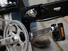 Skládací mechanismus u kola Giant Halfway. V pozadí je vidět i složený pedál.