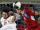 DO VZDUCHU. Český stoper Tomáš Sivok hlavičkuje míč před černohorským
