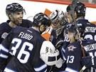 Hokejist� Winnipeg Jets slav� u sv�ho brank��e Ond�eje Pavelce v�hru.