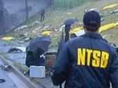 Vyšetřovatelé v místech, kde letadlo narazilo do dálnice