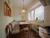 Přes úzkou jídelnu a výklopné okénko se větrala ložnice.