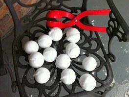 Kleštěmi na sníh si můžete udělat zásobu koulí.