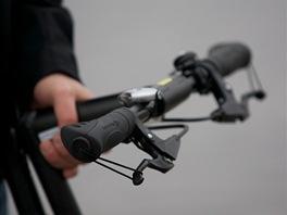 Brzdy lze u kol Strida zajistit poutkem tak, aby kolo mohlo stát opřené o zeď.