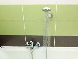K vaně vybrali majitelé jednoduchou vanovou baterii se sprchovou hadicí a