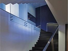 Důraz na osvětlení je vidět i na schodišti.