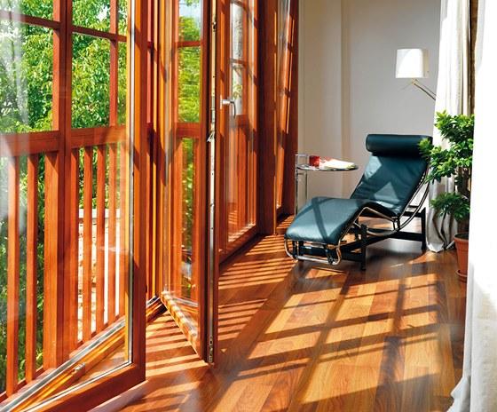 Pavlač zapojená do obytného prostoru nabízí místo k relaxaci.