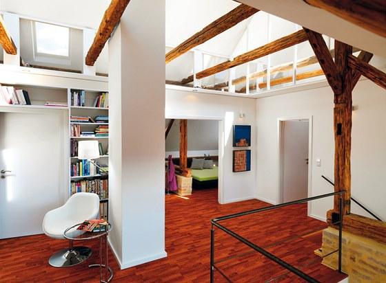 Galerie slouží jako pracovna, z níž vede vstup do koupelny, ložnice a