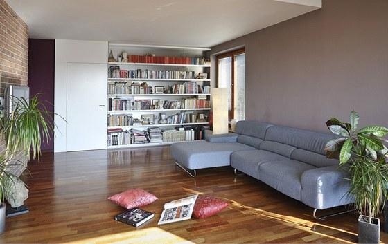 Do obývacího pokoje vyrobil truhlář podle návrhu majitele domu vestavěnou