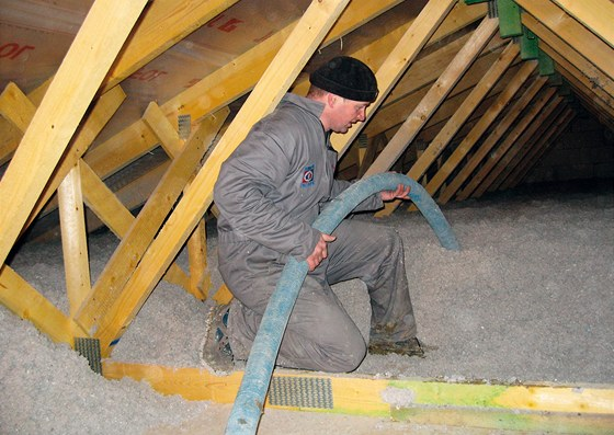 Foukaná celulóza může posloužit pro vyplnění stěn, střechy i nepoužívaného