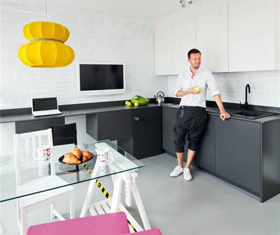 Stěny kuchyňského koutu včetně plochy nad pracovní deskou tvoří nabílo