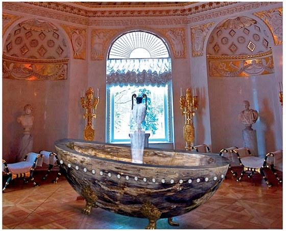 Vana Le Grand Queen je vyrobena z jednoho kusu vz�cn�ho drah�ho kamene, kter�mu