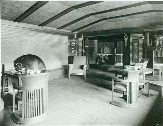 Dominantou Martin House je centrální krb, který je otevřen a teplo z něj je